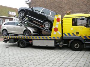 Inbeslagname Porsche en Audi bij fraudeverdachte. (Foto: OM)