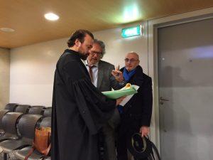 Uw verslaggever (midden) ondervraagt advocaat Babur Beg. Foto: Bart van Groen