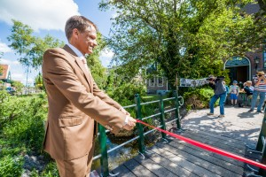 Wethouder Dijkman opent brug. Foto: Marco van Ammers