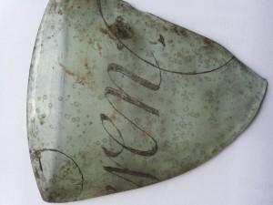 Glasfragment, gevonden in beerput.