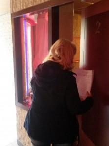 Barbara op pad met de handtekeningenlijst.