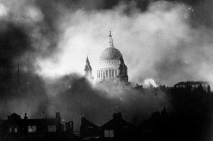 Londen brandt tijdens de Blitz.