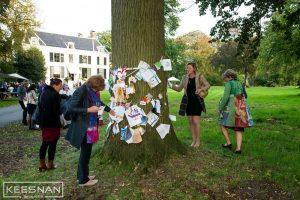 Zakenvrouwen rondom de wensboom. Foto: Keesnan Dogger