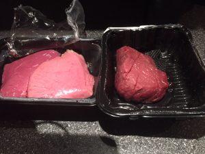 Links: het tweekleurige duo van Lidl. Rechts de biefstuk van DekaMarkt.